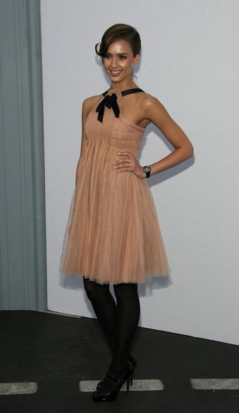 комплект бежевое платье и бежевые сапоги какие калготы одеть толщине
